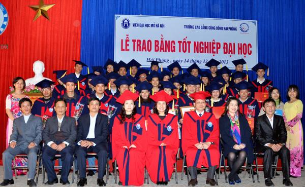 Lễ trao bằng tốt nghiệp cho sinh viên- Viện Đại học mở